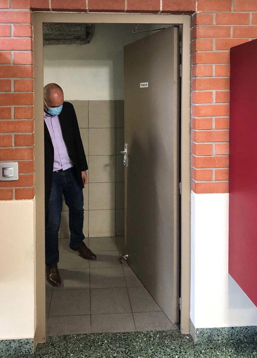 L'ouverture de la porte avec le pied en pratique
