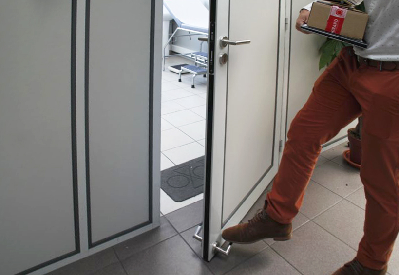Ouvre porte au pied kadoor